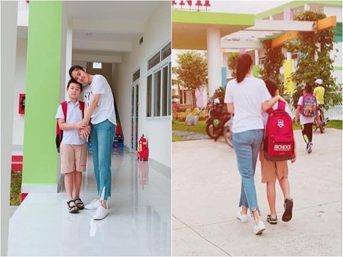 Con trai Lê Phương lớn bổng, cao ngang vai mẹ. Nữ diễn viên mượn lời một bài hát đăng tải khoảnh khắc an yên của hai mẹ con: Hôm nay Quân đến trường, mẹ dắt tay từng bước.