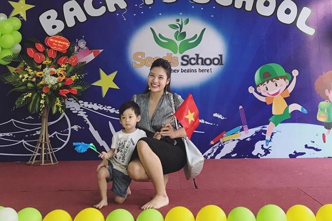 Hoa hậu Phan Hoàng Thu hạnh phúc bên con trai.
