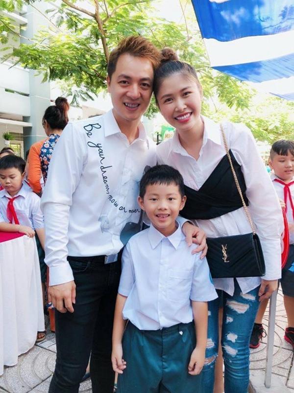 Gia đình ca sĩ Đăng Khôi diện đồ màu trắng ton-sur-ton bên nhau.
