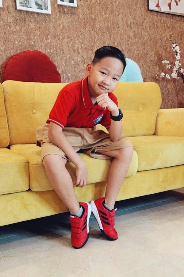 Con trai diễn viên Bảo Thanh bảnh bao với đồng phục. Bảo Thanh bày tỏ: Ước mơ của bố mẹ lại tiếp tục trở thành hiện thực! Chúc con trai có một ngày khai giảng thật vui vẻ, những điều tươi đẹp nhất, diệu kỳ nhất sẽ đến với con.