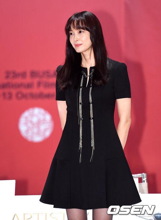 Dự sự kiện, Lee Na Young mặc trang phục thanh lịch, kín đáo. Ở tuổi 39, sau một lần sinh nở, ngôi sao Hàn vẫn giữ được vóc dáng gầy mảnh mai, làn da đẹp mịn màn. Tác phẩm mới mà Lee Na Young tham gia đánh dấu sự trở lại của cô trên màn ảnh rộng kể từ 6 năm trước, kể từ khicô đóngbộ phim điện ảnhHowlingnăm 2012.