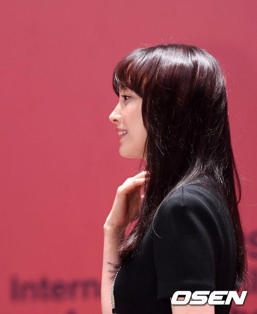 Vợ Won Bin đẹp nổi trội dù phục trang giản dị - 3