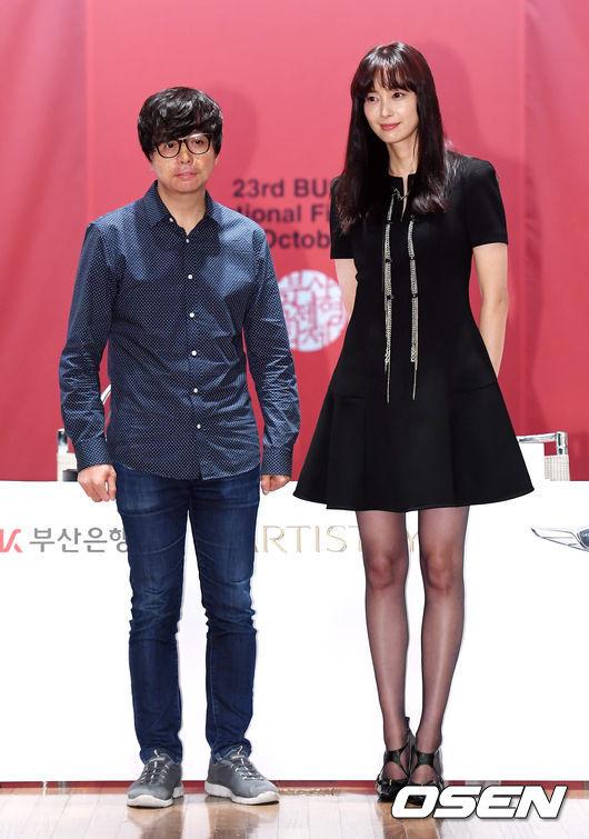 Lee Na Young cao, gầy khi đọ dáng cùngmột khách mời tại sự kiện.