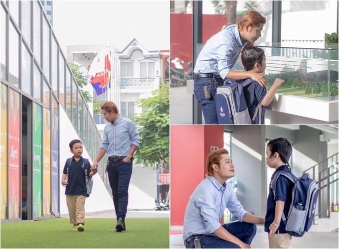 Nhạc sĩ Nguyễn Văn Chung dắt tay con đến trường trong ngày khai giảng.
