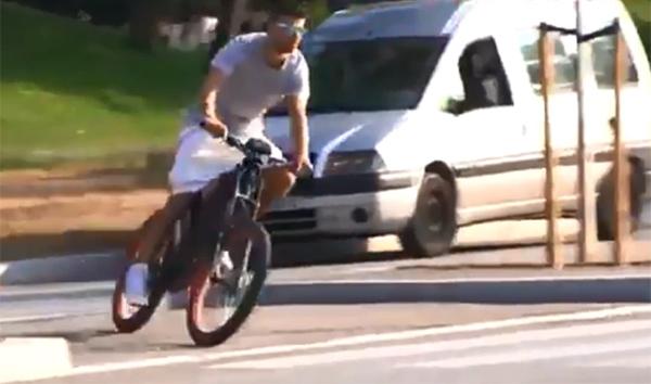 Pique không lo bị muộn giờ tập vì chiếc xe đạp điện của anh có vận tốc tối đa lên tới hơn 72km/h.