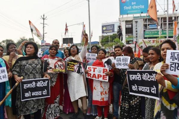 Người dân Ấn Độ biểu tình, chống lại nạn cưỡng hiếp phụ nữ và trẻ em. Ảnh: AFP.