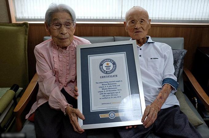 Cụ Masao (108 tuổi) và cụ Miyako (100 tuổi) được công nhận kỷ lụccặp vợ chồng còn sống nhiều tuổi nhất thế giới hồi cuối tháng 7. Ảnh: Reuters.