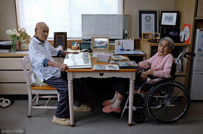 Hiện vợ chồng cụ Masao sống trong viện dưỡng lão ở tỉnh Oita, Nhật Bản. Ảnh: Reuters.