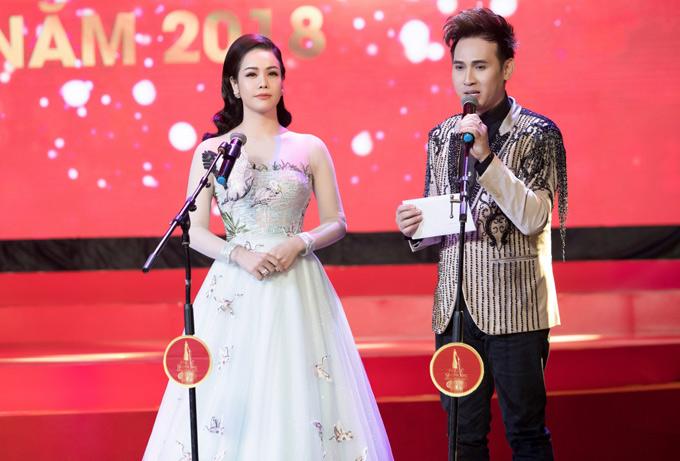 Nhật Kim Anh và Nguyên Vũ lên trao giải cho những nghệ sĩ, nữ doanh nhân đẹp và thành đạt.