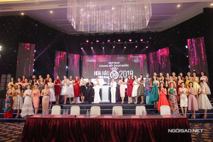 Chiều 6/9, ban tổ chức Hoa hậu Việt Nam tổ chức họp báo trước đêm chung kết. Trong sự kiện, ban tổ chức chính thức công bố vương miện, quyền trượng, ghế ngồi đăng quang và đôi giày phần thưởng dành cho tân Hoa hậu.