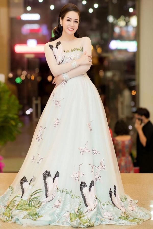 Nhật Kim Anh diện váy họa tiết chim muông của nhà thiết kế Kan Hí, khoe vẻ kiêu sa, lộng lẫy trong sự kiện tổ chức tại Nhà hát Quân đội TP HCM.