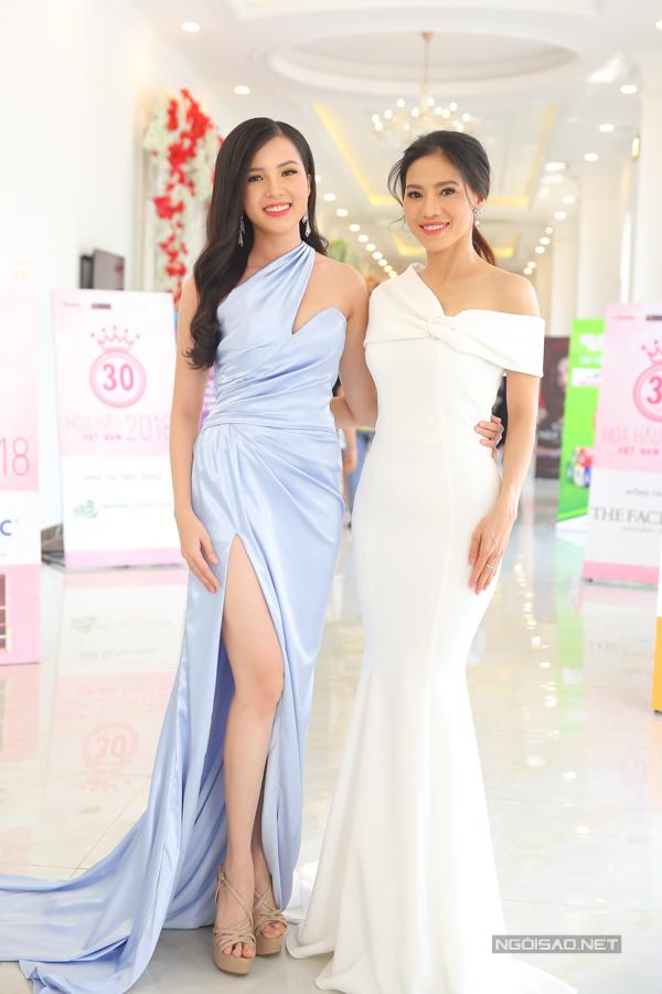 Hoa khôi Sinh viên Cần Thơ - Huuỳnh Thuý Vi và bà Phạm Kim Dung - Phó ban tổ chức cuộc thi.
