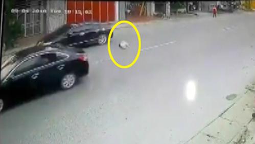 Bé gái bị ôtô tông văng xa hàng chục mét.