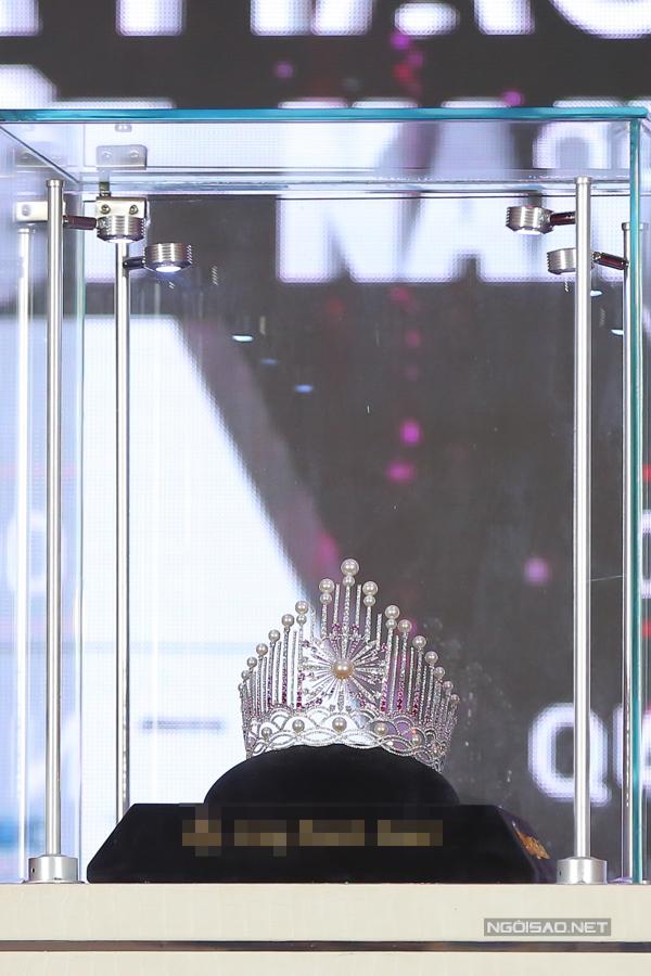 Chiếc vương miện có thiết kế dựng đứng, chủ đề Ánh sáng tượng trưng cho 30 năm hội tụ nhan sắc. Điểm nhấn là viên ngọc trai lớn ở chính giữa, biểu tượng hoà hợp giữa sắc đẹp và trí tuệ của tân Hoa hậu Việt Nam. Ngoài ra, 29 viên ngọc trai và 3260 viên đá sapphire tông màu trắng và hồng chuyển sắc hoà quyện.