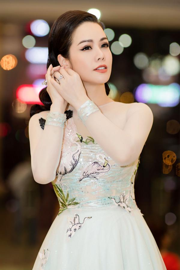 Cô gây chú ý khi đeo hai nhẫn kim cương trị giá hơn 1 tỷ đồng. Ngoài đóng phim, Nhật Kim Anh còn kinh doanh mỹ phẩm và yến sào. Cô hiện là chủ tịch hội đồng quản trị một công ty.