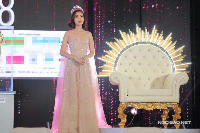 Ghế ngồi đăng quang dành cho tân Hoa hậu được đầu tư hoành tráng, có hoạ tiết hình tia sáng mặt trời.
