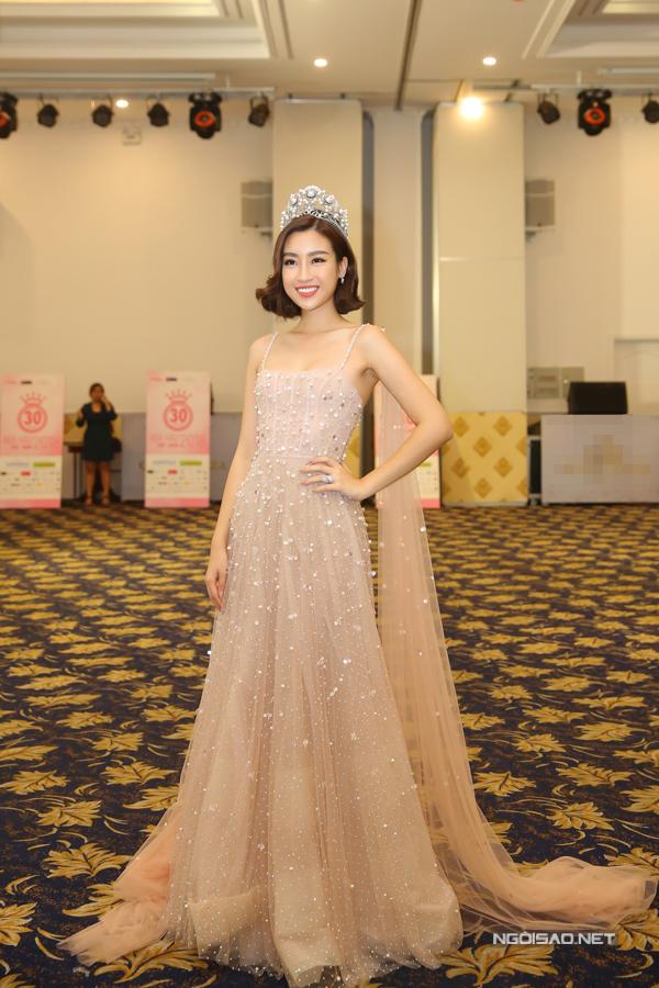 Đương kim Hoa hậu Đỗ Mỹ Linh diện váy của nhà thiết kế Chung Thanh Phong, đội vương miện lộng lẫy.