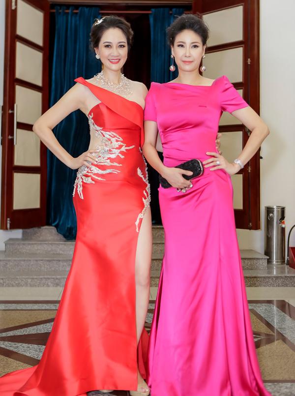 Hoa hậu Áo dài Đàm Lưu Ly (trái) hội ngộ Hoa hậu Việt Nam 1992 Hà Kiều Anh trong chương trình này.
