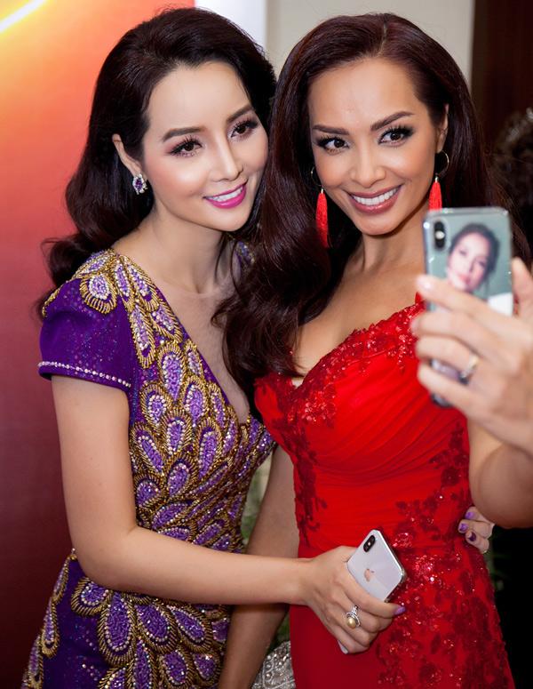 Cựu người mẫu Thúy Hạnh vui vẻ chụp ảnh cùng cô bạn thân Mai Thu Huyền.