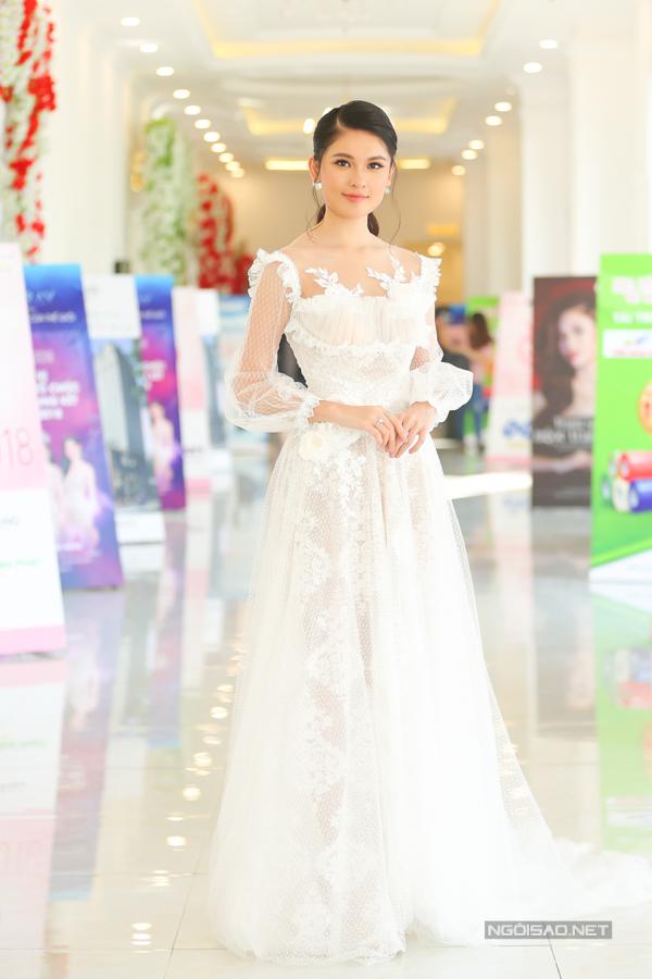 Á hậu Thuỳ Dung khoe nhắc trong trẻo trong bộ váy của nhà thiết kế Phạm Đăng Anh Thư.