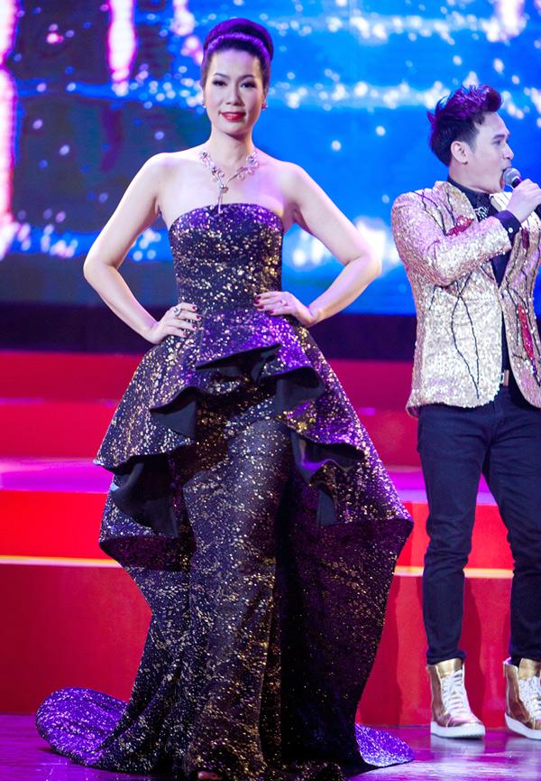 Á hậu Việt Nam 1994 Trịnh Kim Chi trình diễn thời trang trong đêm Gala. Ca sĩ Nguyên Vũ biểu diễn trong khi dàn người đẹp catwalk.