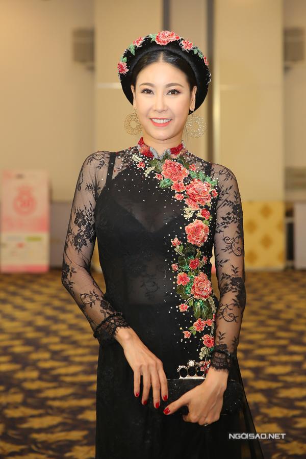 Hoa hậu Việt Nam 1992 Hà Kiều Anh diện áo dài chất liệu nhung quý phái.