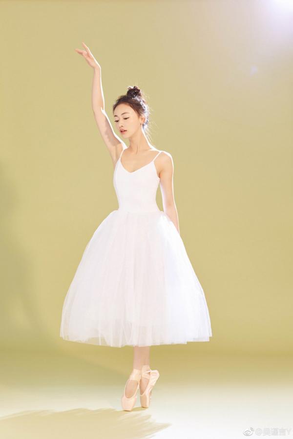 Xuất thân là diễn viên múa ballet nên Ngô Cẩn Ngôn thường chọn các động tác múa để luyện tập hỗ trợ giảm cân.