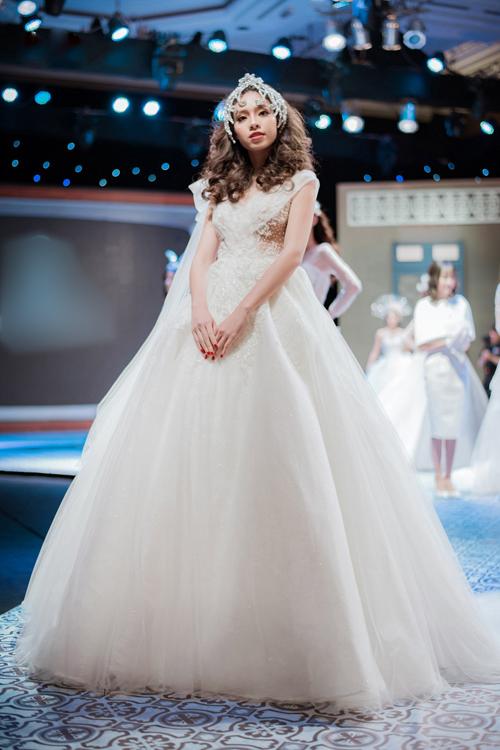 Dáng váy xòe phù hợp với nhiều vóc dáng khác nhau, giúp che khuyết điểm vòng ba, biến cô dâu thành một nàng công chúa.