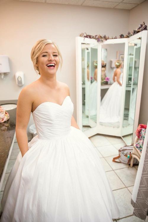 Tôi cũng diện váy cưới có túi nhé! Nó thật tuyệt vời, cô nàng Jory bình luận và chia sẻ hình ảnh trên Twitter.