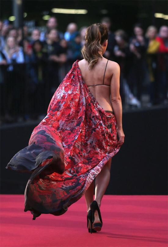 Vạt váy dài nhưng chỉ che hững hờ một phần tấm lưng trần.