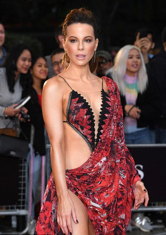 Ở tuổi 45, Kate vẫn sở hữu thân hình gợi cảm bởi vậy cô không ngại khoe nhan sắc tươi trẻ trên thảm đỏ.