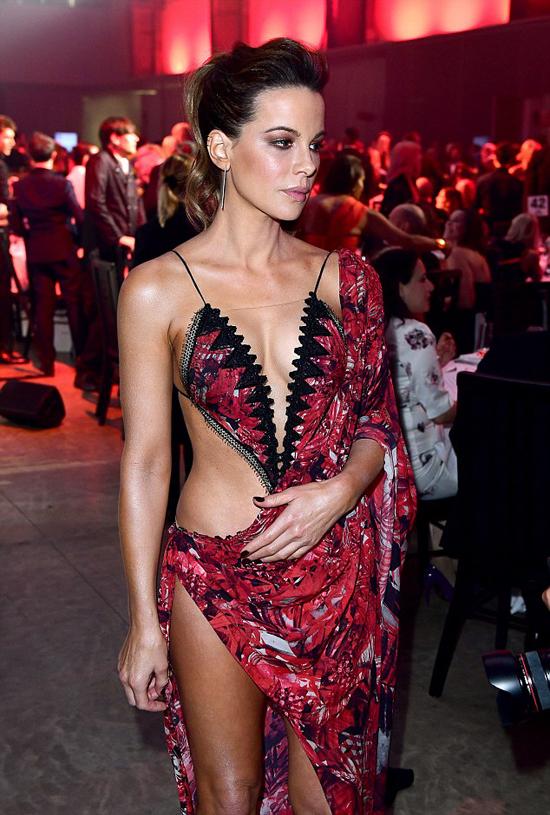 Kate Beckinsale gây chú ý trên thảm đỏ sự kiện Men Of The Year với bộ đầm xẻ tứ bề.