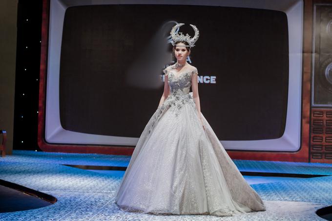 Tùng váy được may từ nhiều lớp vải lưới tạo độ phồng, nhẹ và sự thướt tha cho cô dâu khi di chuyển. Váy cưới được đắp ren nổi giúp cô dâu giống như một tiểu thư đài các.