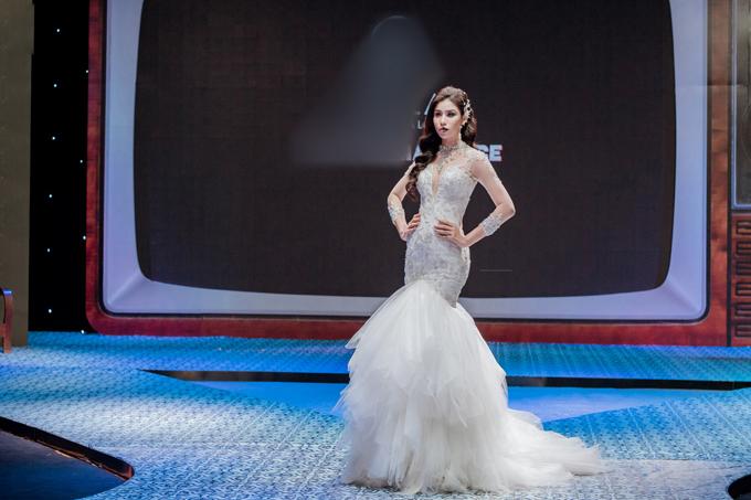 Á hậu cuộc thi Hoa hậu biển Việt Nam toàn cầu 2018 - Ngọc Huyền diện váy cưới dáng trumpet lộng lẫy. Tà váy bằngchất liệu voan được xếp tầng ngẫu hứng tạo nên cá tính cho tổng thể thiết kế.