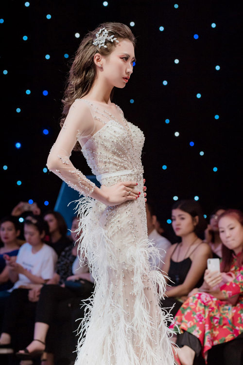 Để giúp cô dâu trẻ tỏa sáng trong ngày trọng đại, Bella Bridal đã giới thiệu mẫu váy cưới đính ngọc trai, pha lê và tua rua dọc thân dưới trong bộ sưu tập mới nhất. Nàng dâu có thể dùng thắt lưng để tạo cảm giác về một vòng eo thon gọn.