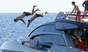 Những 'siêu quậy' nhà Becks chơi nhào lộn ở du thuyền