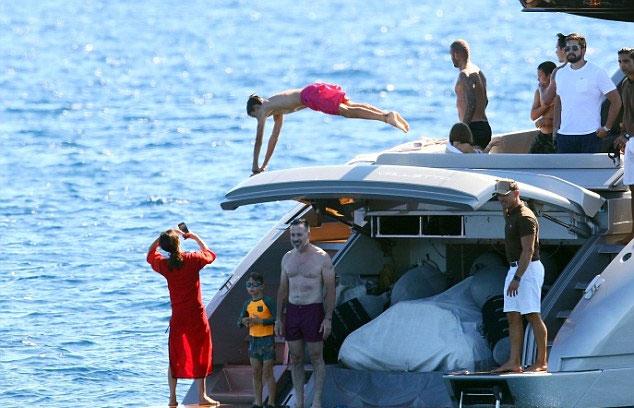 Nhà Becks có chuyến đi chơi cuối mùa hè ở biển tại Pháp. Du thuyền hạng sang chở cả gia đình và nhóm bạn đến vùng biển Địa Trung Hải xả hơi.