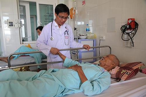 Cụ Xứ hiện đã đi lại được sau ca thông động mạch vành giúp cụ thoát chết. Ảnh: Uyên Nhi.