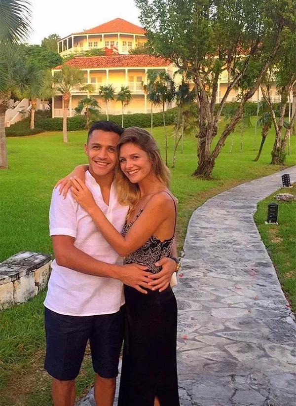 Alexis Sanchez và bạn gáiMayte Rodriguez khi còn hạnh phúc. Ảnh: Instagram.