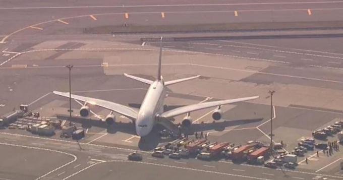 Chiếc máy bay hai tầng của Emirates bị cách ly bởi hàng rào xe cứu thương, cứu hỏa và cảnh sáttrên sân bay JFK, New York, sáng 5/9. Ảnh: Reuters.