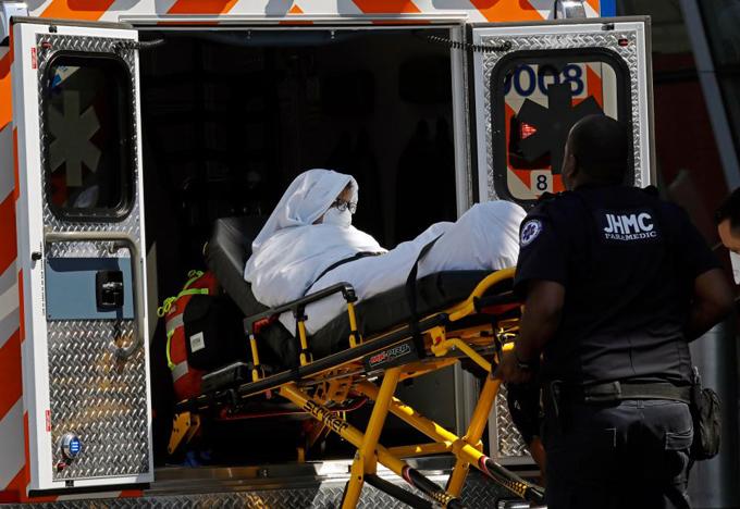 Một nữ hành khách có triệu chứng cúm trên chuyến bay 230 của Emirates từ Dubai đến New York được đưa đến bệnh viện trên xe cứu thương vào sáng qua (5/9) sau khi hạ cánh tại sân bay JFK. Ảnh: Reuters.