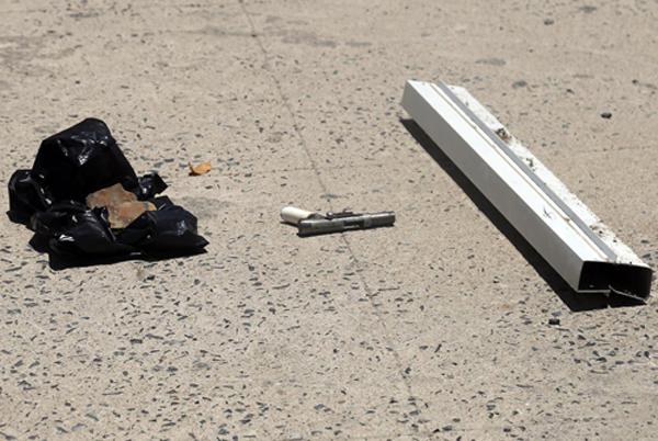 Khẩu súng bị hai tên cướp đánh rơi tại hiện trường.