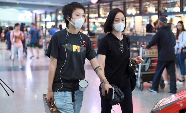 Tĩnh Đồng, con gái Vương Phi và Châu Tấn bên nhau hồi tháng 6.