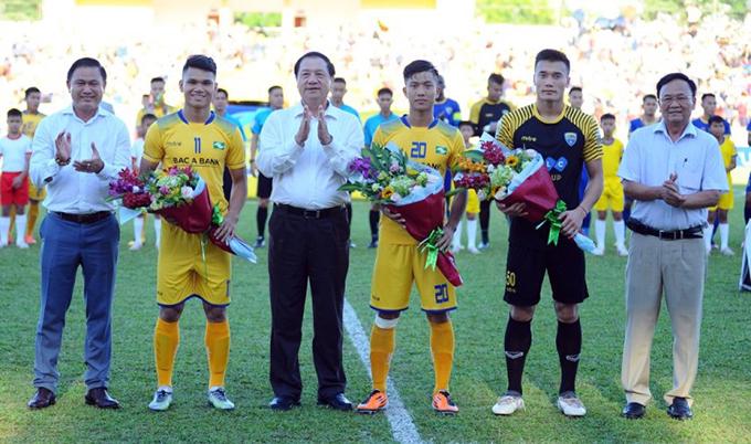 Xuân Mạnh, Văn Đức, và Bùi Tiến Dũng nhận hoa chúc mừng từ ban tổ chức sau thành công cùng Olympic Việt Nam ở Asiad 2018 trước khi trận đấu giữa SLNA và Thanh Hóa. Ảnh: VPF.