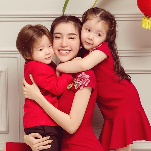 Ba mẹ con Elly Trần diện đồ ton sur ton.