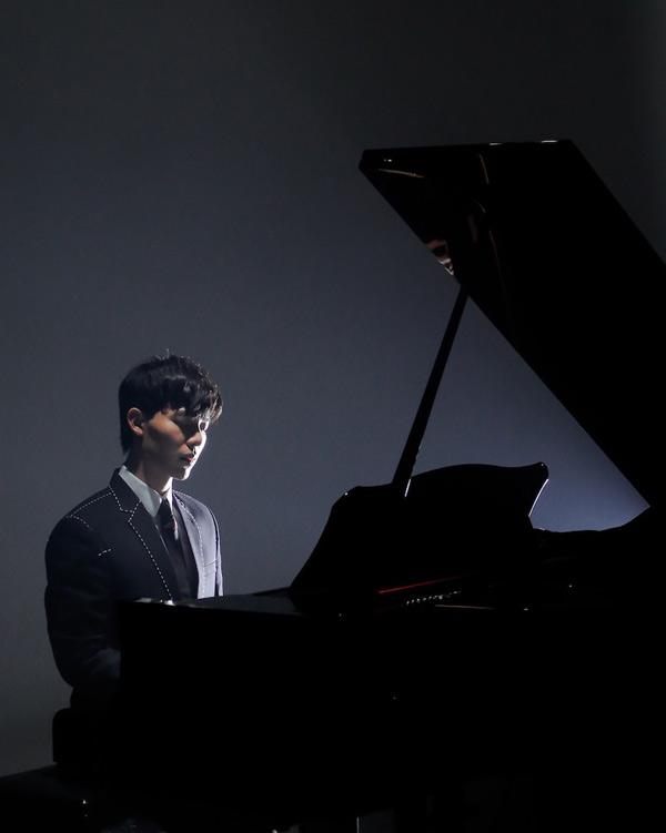 Erik tự đệm đàn piano trong MV Mình chia tay đi.