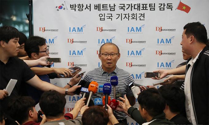 Hàng chục phóng viên vây quanh, phóng vấn HLV Park Hang-seo trong chuyến trở về Hàn Quốc sau Asiad 2018. Ảnh: News1.