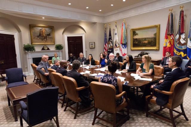 Buổi gặp gỡ của Kim tại Nhà Trắng hôm thứ tư (Ivanka Trump và Jared Kusher ngồi ở hai đầu bàn bầu dục).