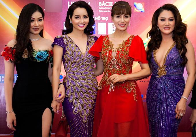 Á khôi Thể thao Băng Châu (váy đỏ) có dịp gặp lạinhiều bạn bè trong tối 5/9. Chương trình Phụ nữ quyền năng do công ty của Mai Thu Huyền sản xuất vừa kết thúc mùa đầu tiên với 25 talkshow trên truyền hình và một đêm Gala trao giải tổ chức trực tiếp tại TP HCM.