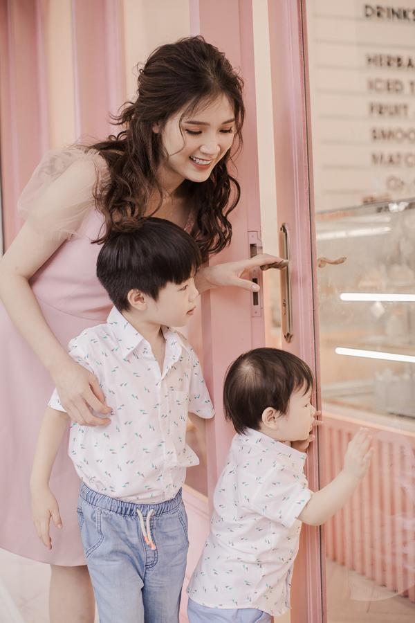 Hoa hậu Áo dài Phí Thuỳ Linh khoe hai con trai kháu khỉnh